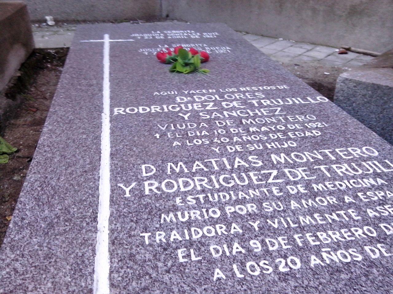 Restaurando la tumba de Matías Montero