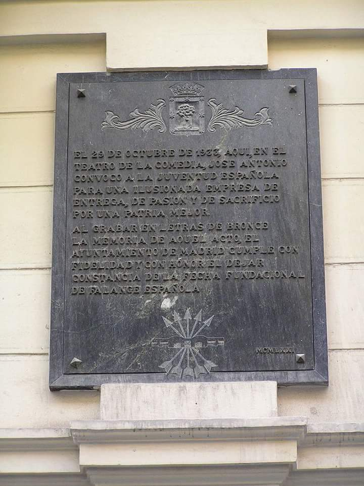 Tras la retirada de la placa conmemorativa de la fundación de Falange Española en el Teatro de la Comedia de Madrid