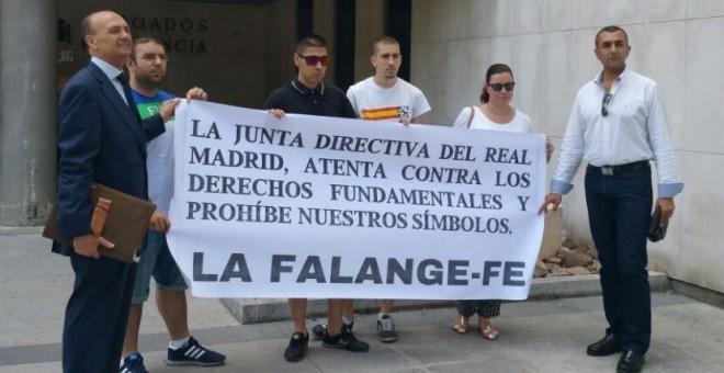 La Falange sienta en el banquillo al Real Madrid por prohibir su bandera en el Bernabéu