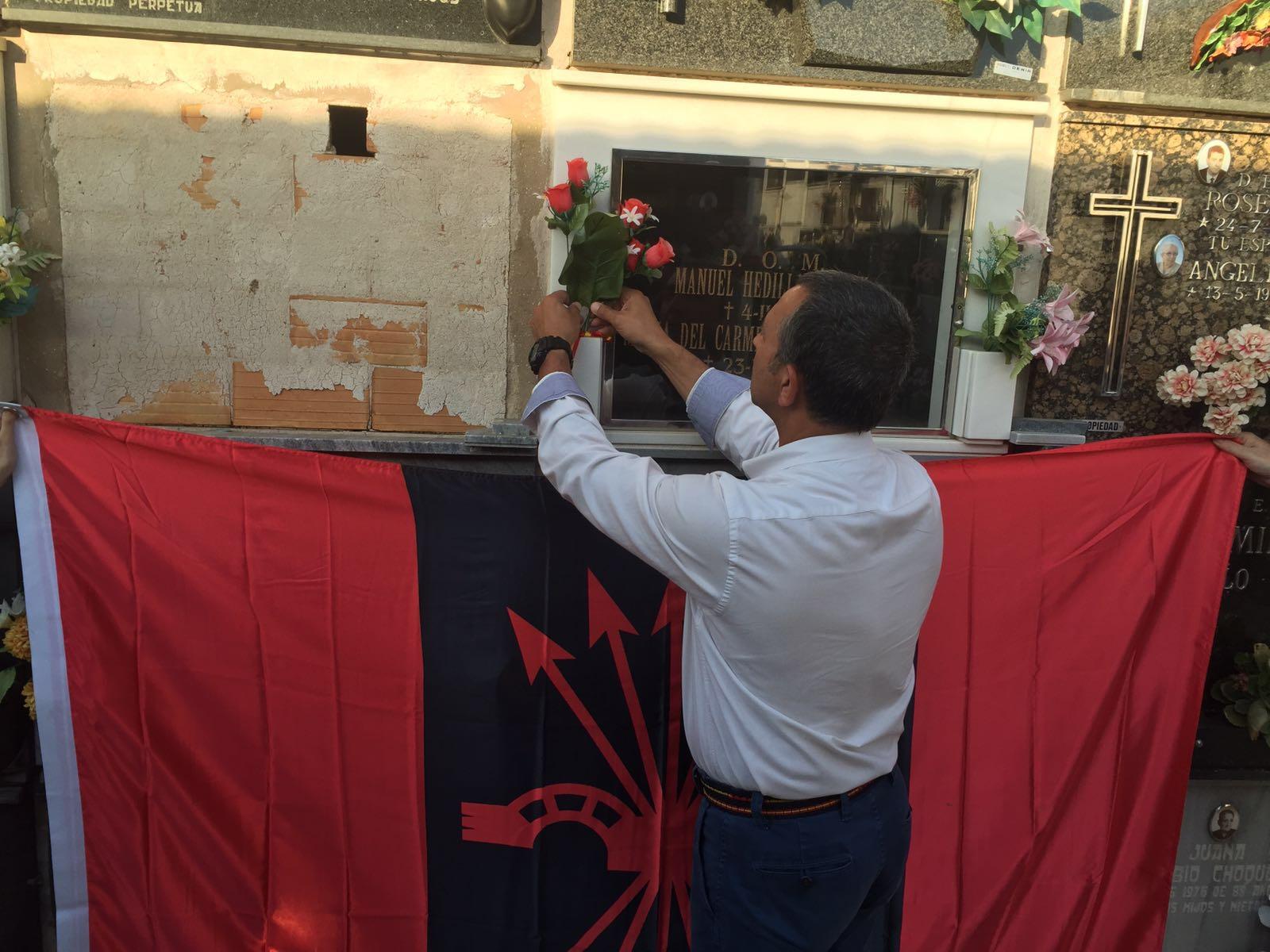 Una delegación de la Junta Nacional de La Falange visita la tumba de Manuel Hedilla