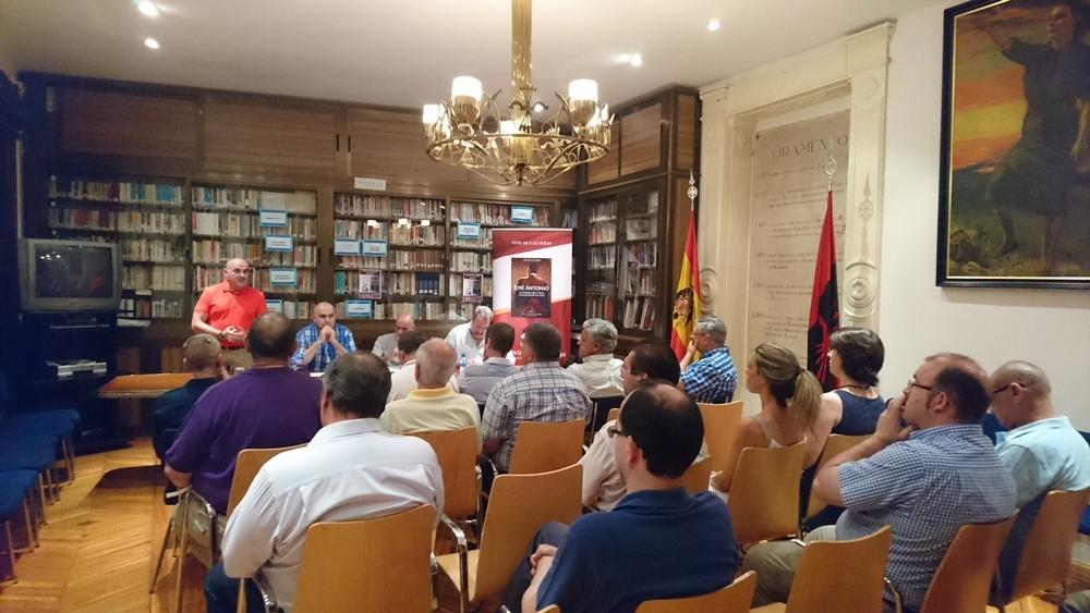 """Presentación en la Hermandad de la Vieja Guardia del libro """"José Antonio. El hombre que todos convirtieron en mito"""""""