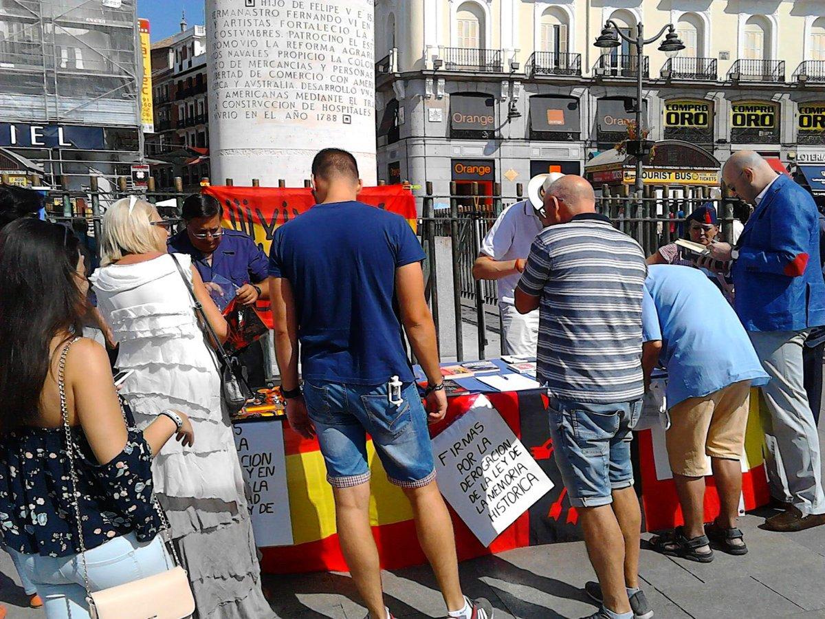 """La Falange recoge firmas contra la """"ley de memoria histórica"""""""