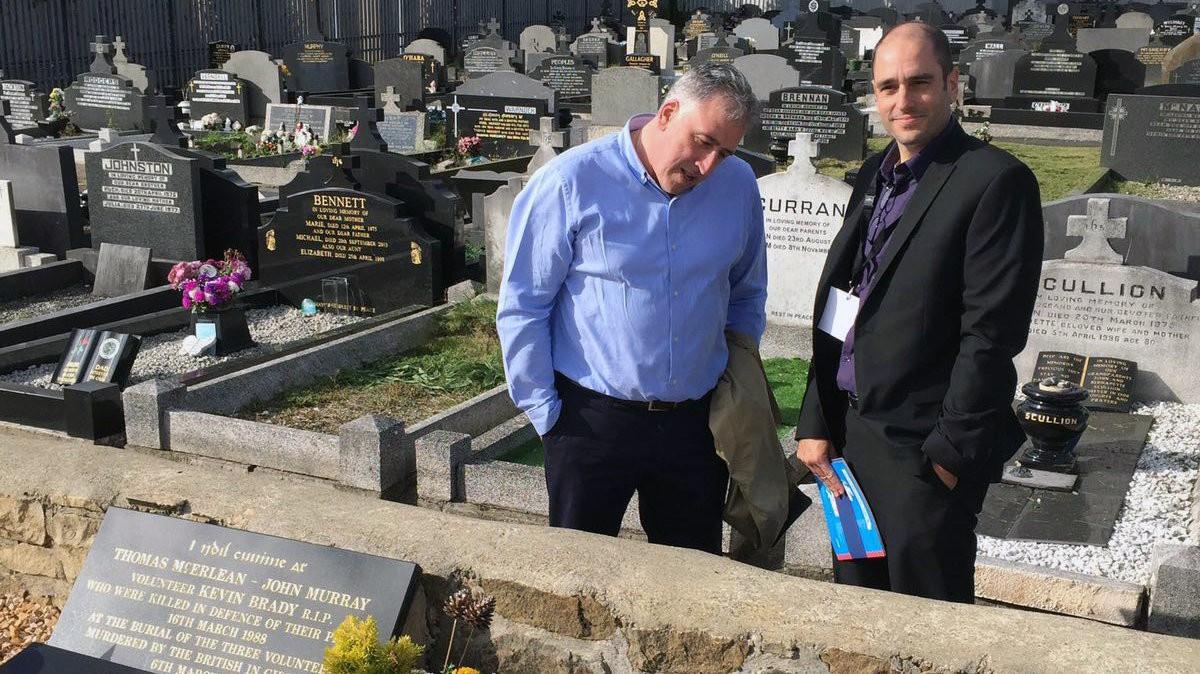 El alcalde de Bildu en Pamplona visita en Irlanda, con dinero de los ciudadanos, las tumbas de terroristas del IRA
