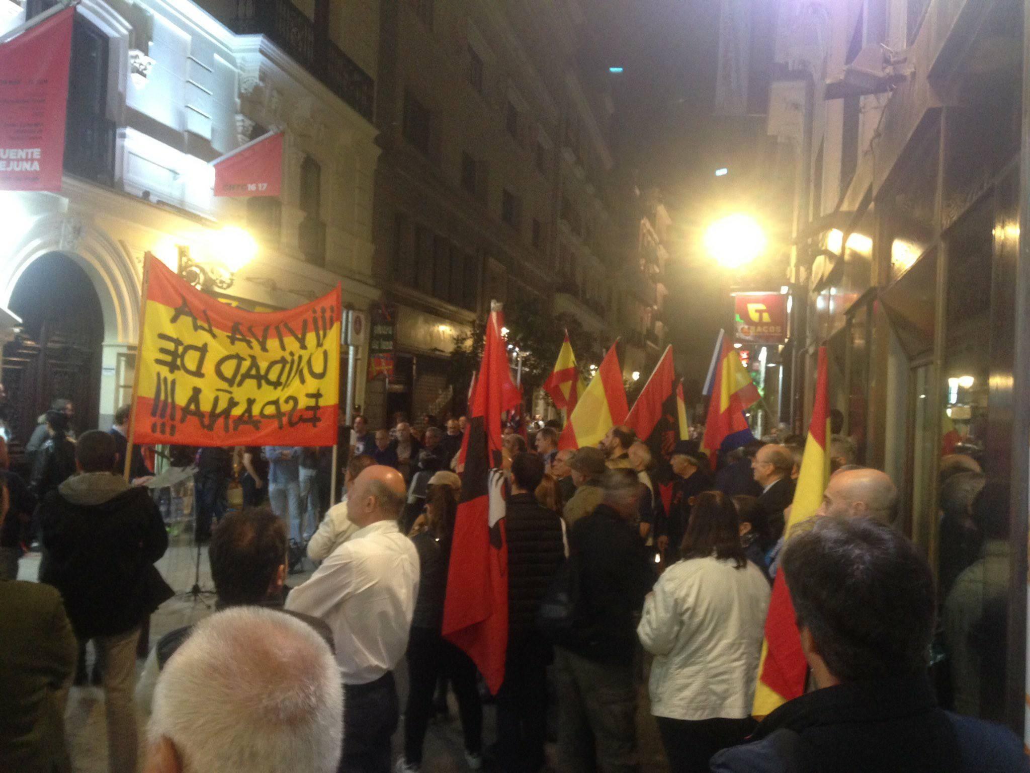 La extrema izquierda intenta boicotear el 83 aniversario de la fundación de La Falange en el Teatro de la Comedia.