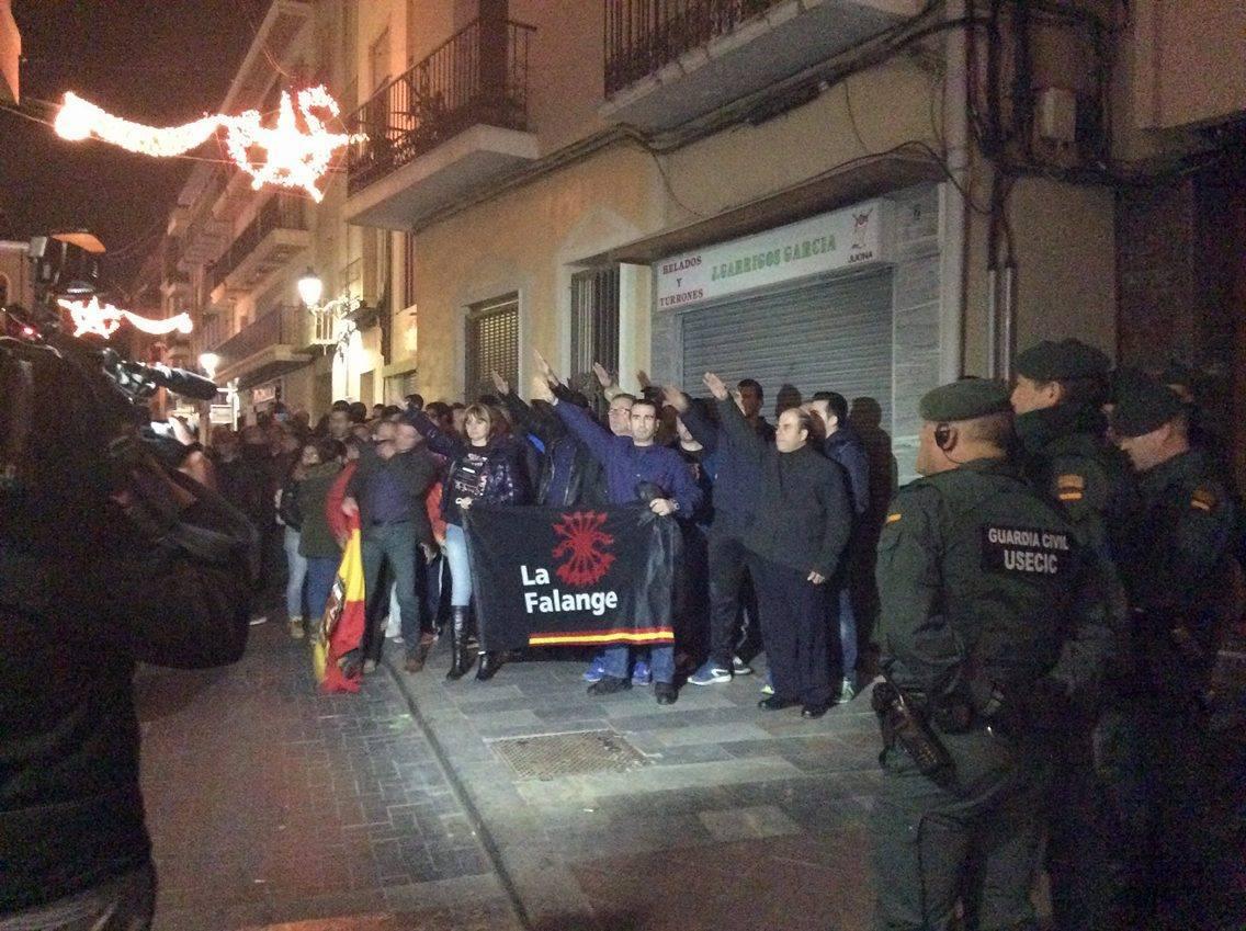 La Jefatura Provincial de Alicante defendiendo el Monumento a los Caídos de Callosa de Segura