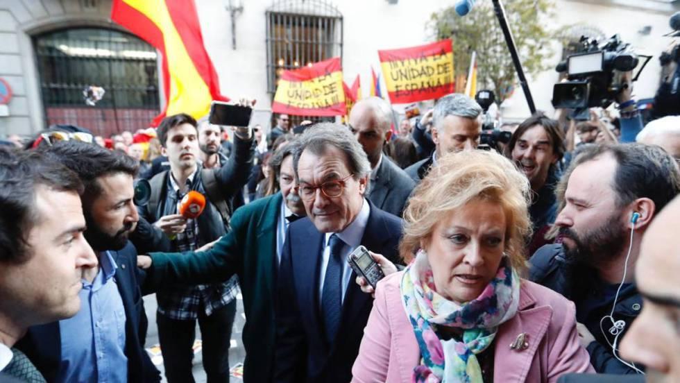 Falangistas recibieron a Artur Mas en el Ateneo