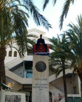 Un miembro de La Falange se encaramó en modo de protesta en el monolito homenaje a José Antonio en la localidad de Crevillente