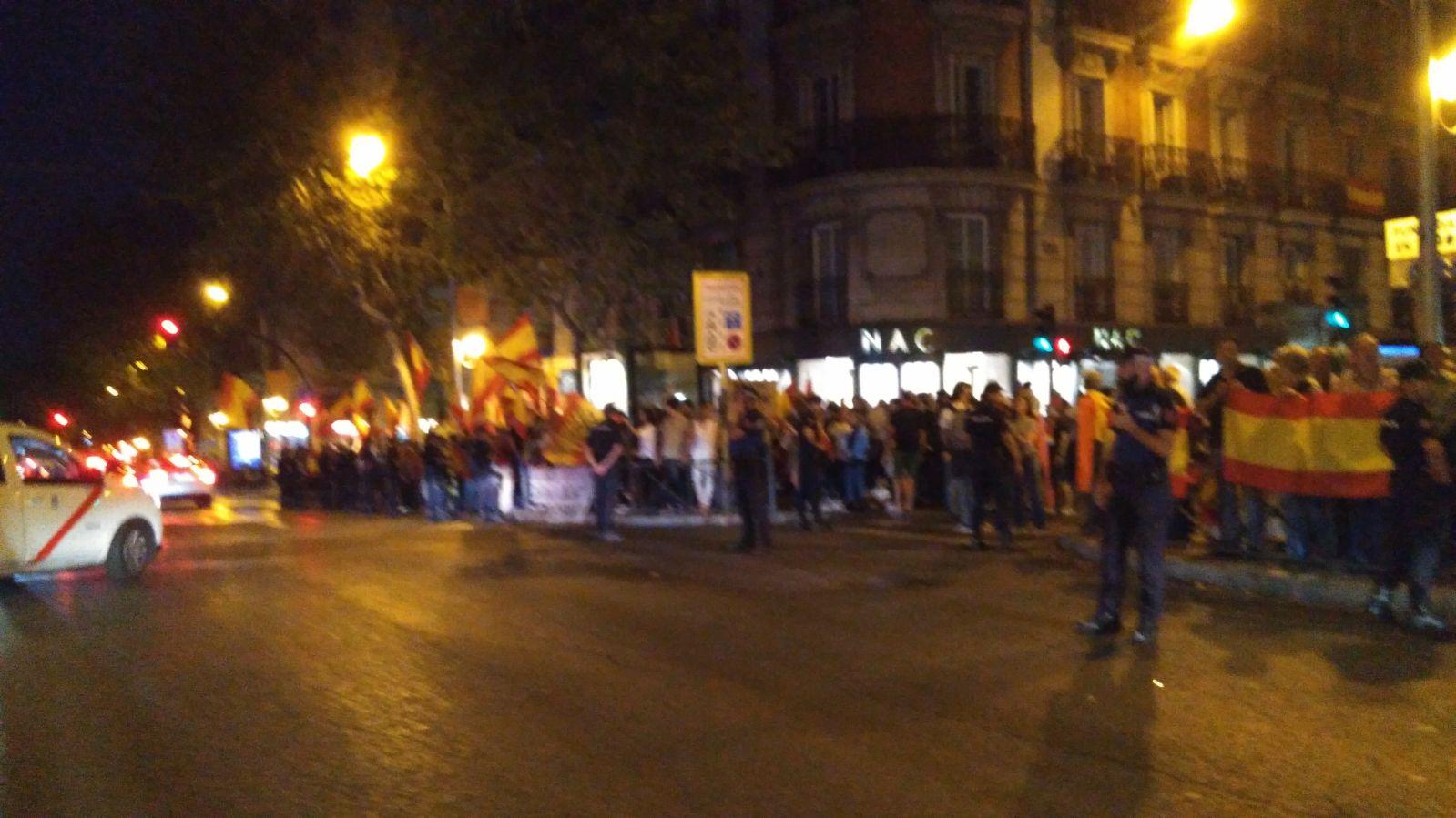 Falangistas y patriotas toman la Calle Génova frente a la sede del PP en la concentración convocada a través de las redes sociales.