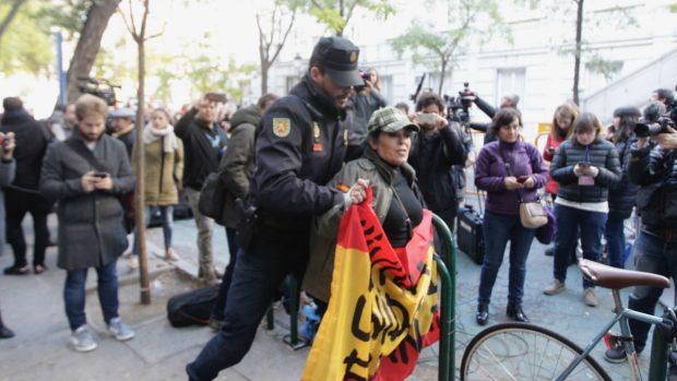 """La Policía desaloja a los que gritaban """"¡Forcadell a la cárcel!"""" pero consiente a los que le apoyan"""