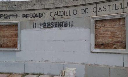 La alcaldesa popular de Labajos destroza el monumento a Onésimo Redondo